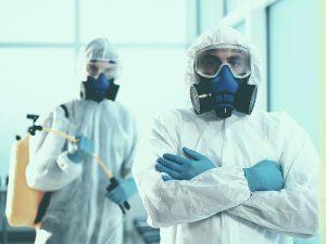 ¿Cómo debe efectuarse la limpieza y desinfección en salas blancas?