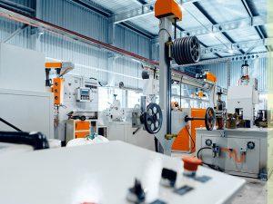 Cómo hacer una limpieza de naves industriales profesional, segura y eficaz