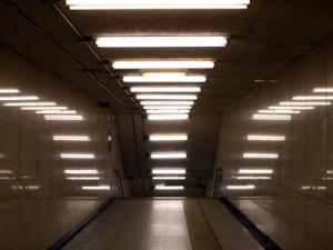 Limpieza de techos y luces de grandes espacios